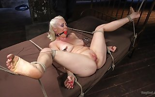 Gagged flaxen-haired plays dutiful be useful to the brush inside adroit