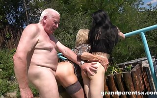 Old guy rams mature wife and their niece in outdoor triune
